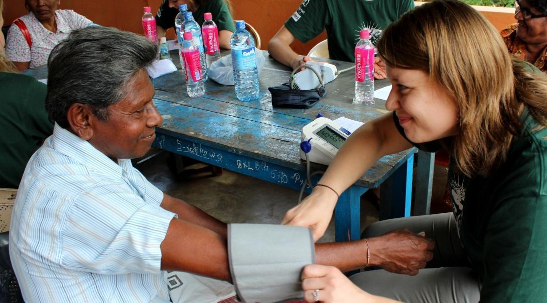 Una pasante de medicina en Sri Lanka ayuda en chequeos de salud.